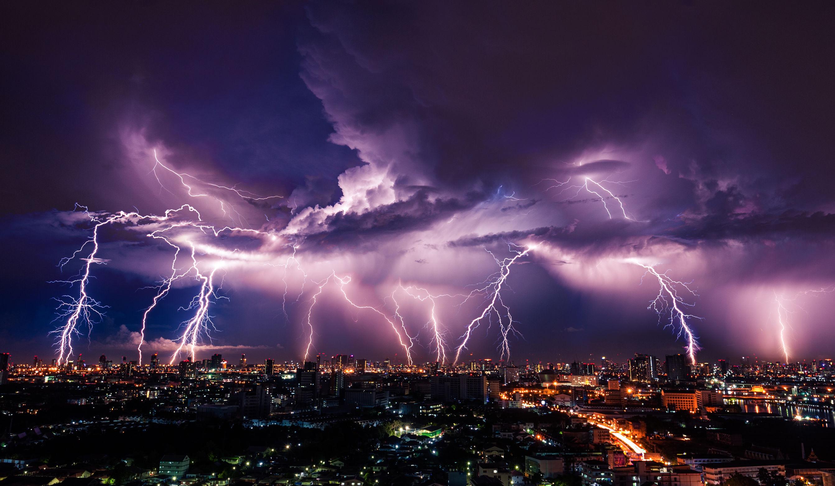 Burza z piorunami nad miastem